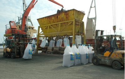 Transshipment of potassium chloride in a seaport.